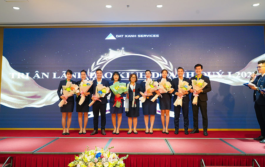 Cấp quản lý kinh doanh nhận hoa tri ân từ BLĐ DXS