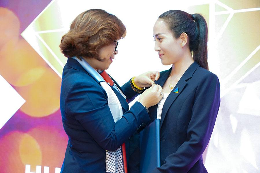 Bà Phạm Thị Nguyên Thanh – Giám đốc điều hành trao huy hiệu danh giá Bậc Diamond cho best sale Thùy Dung