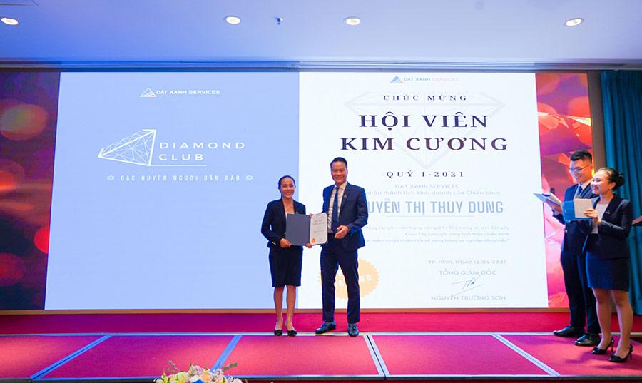 Ông Nguyễn Trường Sơn – Tổng Giám Đốc DXS trao Giấy chứng nhận Hội viên kim cương của câu lạc bộ Diamond Club cho chiến binh xuất sắc