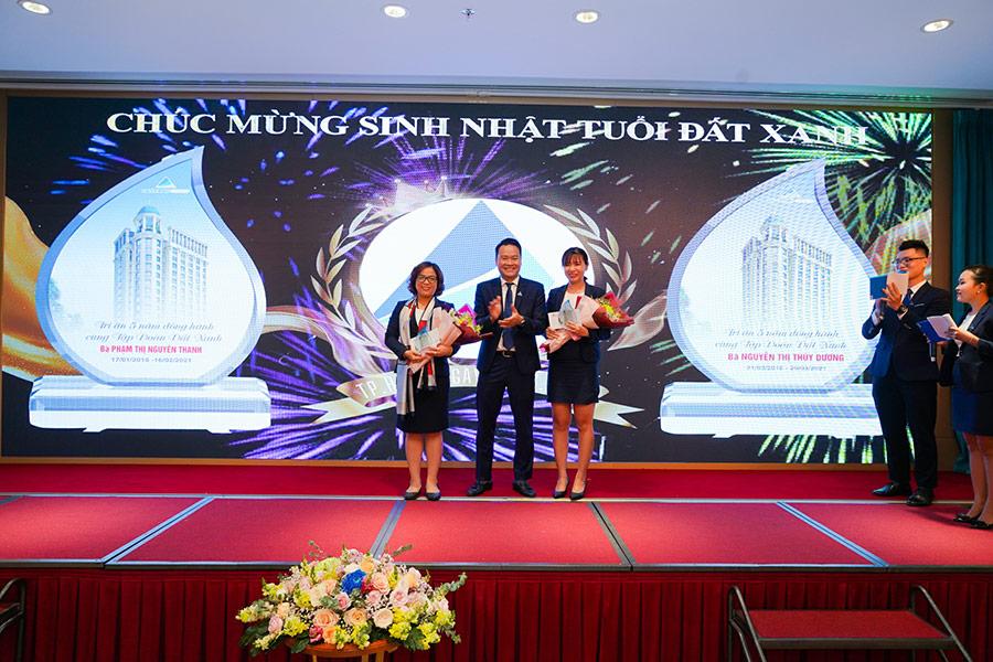 Tổng giám đốc Nguyễn Trường Sơn tặng hoa tri ân mừng sinh nhật tuổi Đất Xanh cho CBNV
